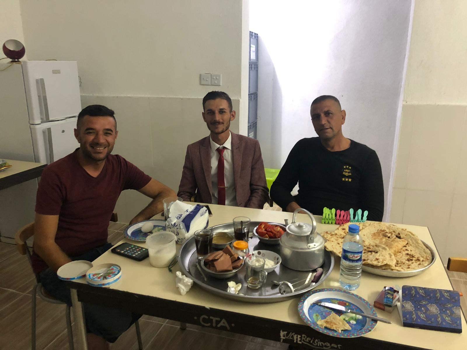 Abendessen mit Dorf-Vorsteher und Nachbar