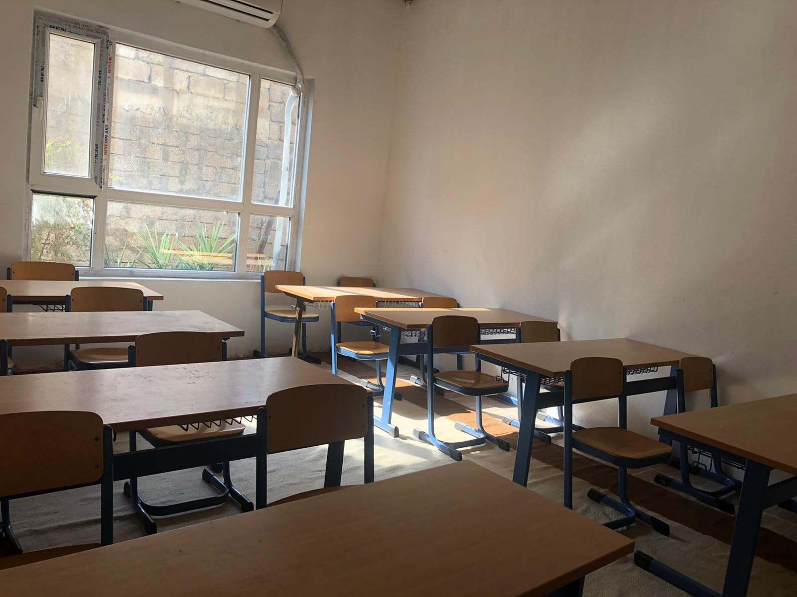 erste Klassenraum steht