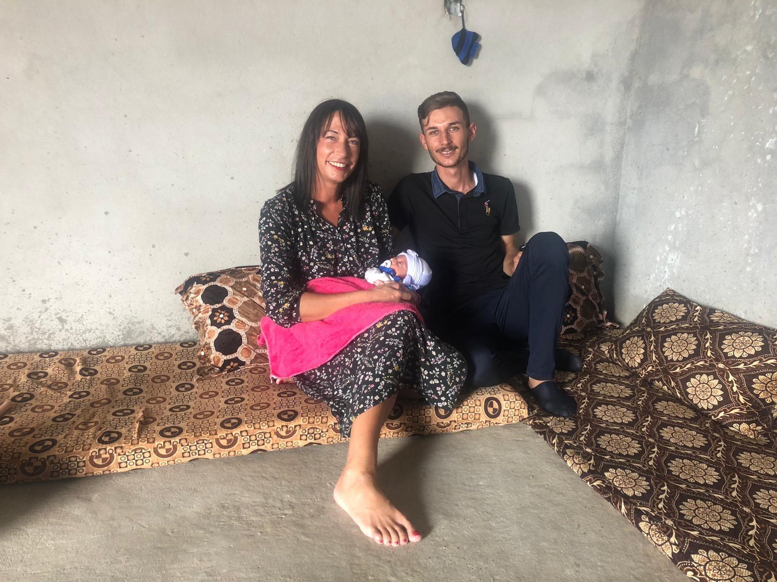 Katharina mit Dorfvorsteher und dessen Baby